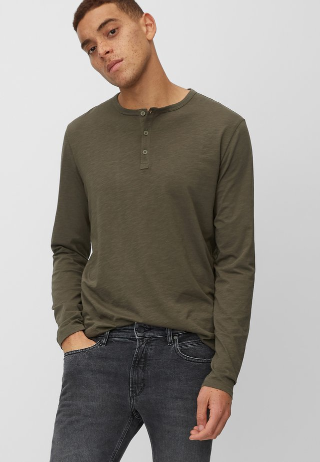 LONGSLEEVE MIT SERAFINO-AUSSCHNITT - Long sleeved top - muddy green
