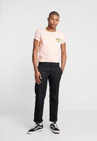 Shine Original - TEE CURVED BOTTOM - T-shirt print - light pink - 1