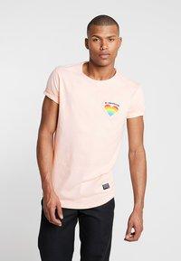 Shine Original - TEE CURVED BOTTOM - T-shirt print - light pink - 0
