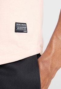 Shine Original - TEE CURVED BOTTOM - T-shirt print - light pink - 3