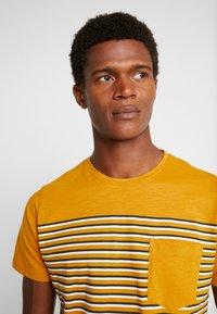 Shine Original - STRIPE POCKET TEE - T-Shirt print - camel - 4