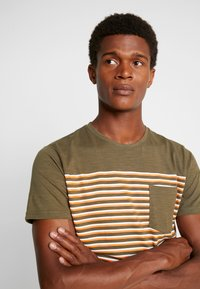 Shine Original - STRIPE POCKET TEE - T-Shirt print - army - 4