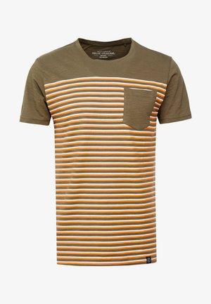 STRIPE POCKET TEE - T-shirts print - army