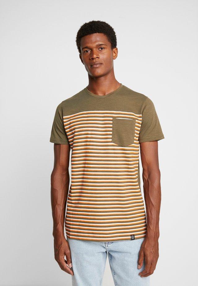 STRIPE POCKET TEE - T-shirt imprimé - army