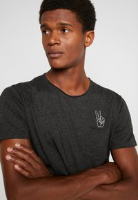 Shine Original - HAND EMBROIDERY TEE - T-shirts med print - black mix - 4