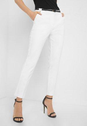 MIT GÜRTEL - Trousers - weiß