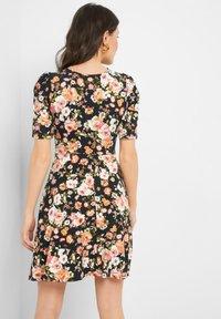 ORSAY - MIT BLUMENMUSTER - Jersey dress - schwarz - 2