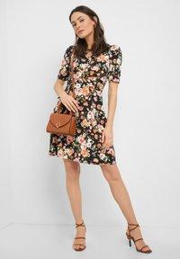ORSAY - MIT BLUMENMUSTER - Jersey dress - schwarz - 1