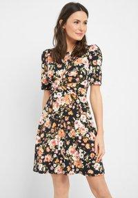 ORSAY - MIT BLUMENMUSTER - Jersey dress - schwarz - 0