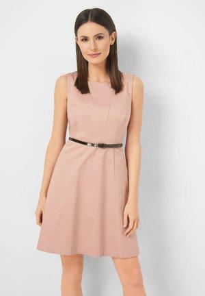 MIT GÜRTEL - Day dress - rosa