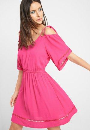 Day dress - leuchtrosa