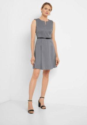 MIT GÜRTEL - Day dress - grau