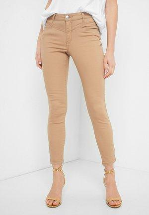 MIT ZIERREISSVERSCHLÜSSEN - Trousers - beige
