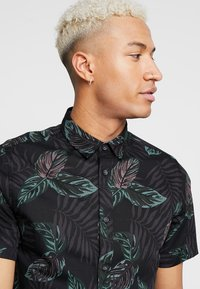 Only & Sons - ONSTIMOTHY SS FLORAL SHIRT RE - Camicia - black - 4