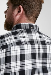 Only & Sons - ONSOMAR CHECKED HERRINGBONE - Košile - cloud dancer - 4