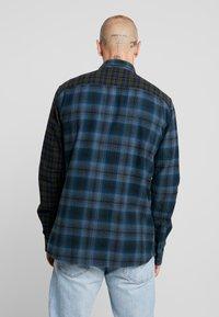 Only & Sons - ONSOZEAN MIXED CHECKED REGULAR SHIRT - Camisa - dress blues - 2