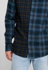 Only & Sons - ONSOZEAN MIXED CHECKED REGULAR SHIRT - Camisa - dress blues - 5