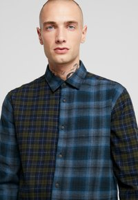 Only & Sons - ONSOZEAN MIXED CHECKED REGULAR SHIRT - Camisa - dress blues - 3