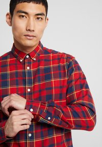 Only & Sons - ONSODAN CHECKED SLIM FIT - Koszula - pompeian red - 5