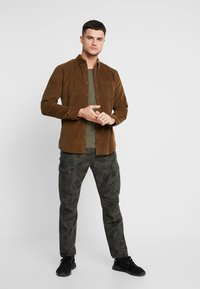 Only & Sons - ONSGEORG SOLID REGULAR FIT - Chemise - kangaroo - 1