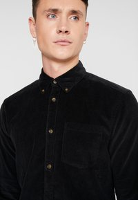Only & Sons - ONSGEORG SOLID REGULAR FIT - Camisa - black - 5