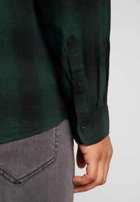 Only & Sons - ONSEWAN SHADOW CHECK SLIM - Košile - darkest spruce - 4