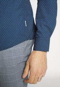 Only & Sons - ONSSANE DITSY POPLIN SHIRT SLIM FIT - Overhemd - dress blues - 4