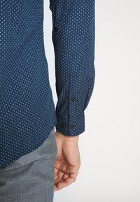 Only & Sons - ONSSANE DITSY POPLIN SHIRT SLIM FIT - Overhemd - dress blues - 5