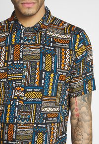Only & Sons - ONSAARON AZTEC - Shirt - gold flame - 5