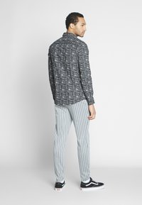 Only & Sons - ONSELROY DITSY AZTEC - Shirt - black - 2