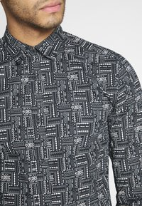 Only & Sons - ONSELROY DITSY AZTEC - Shirt - black - 5