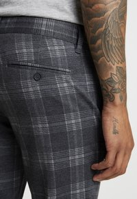 Only & Sons - ONSMARK PANT CHECK - Kangashousut - dark grey melange - 5
