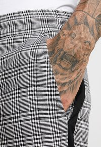 Only & Sons - ONSLINUS CROPPED CHECK TAPE PANT - Tygbyxor - medium grey melange - 4