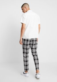 Only & Sons - ONSLINUS CROPPED CHECK PANT - Kangashousut - black - 2