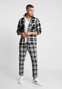 Only & Sons - ONSLINUS CROPPED CHECK PANT - Kangashousut - black - 1