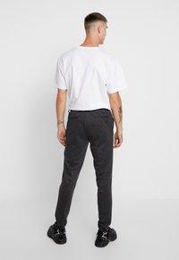 Only & Sons - ONSELIAS CASUAL PANTS - Broek - dark grey melange - 2
