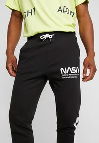 Only & Sons - ONSNASA LICENSE PANTS - Pantalon de survêtement - black - 4