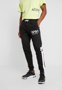 Only & Sons - ONSNASA LICENSE PANTS - Pantalon de survêtement - black - 0