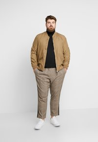 Only & Sons - ONSLINUS PANT CHECKS  - Trousers - chinchilla - 1