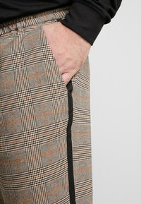 Only & Sons - ONSLINUS PANT CHECKS  - Trousers - chinchilla - 3