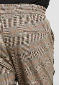 Only & Sons - ONSLINUS PANT CHECKS  - Trousers - chinchilla - 6