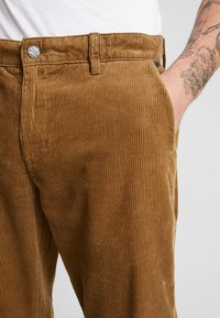 Only & Sons - ONSYARN LOOSE FIT - Pantalones - kangaroo - 5