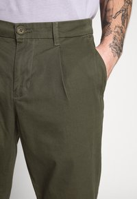 Only & Sons - ONSCAM CROPPED - Chinot - olive night - 4