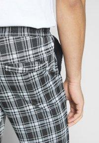 Only & Sons - ONSDESMOND CHECK PANTS - Kalhoty - black/white - 3