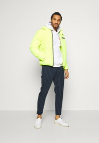 Only & Sons - ONSLEO STRIPE - Pantalones - dress blues - 1