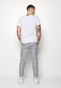 Only & Sons - ONSLEO STRIPE - Kalhoty - cloud dancer - 2