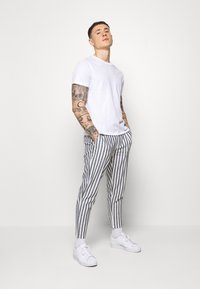 Only & Sons - ONSLEO STRIPE - Kalhoty - cloud dancer - 1