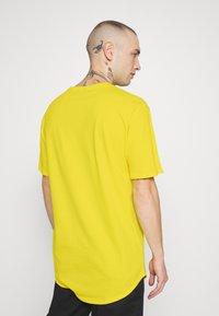 Only & Sons - ONSMATT LONGY TEE - T-shirts - blazing yellow - 2