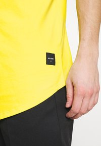 Only & Sons - ONSMATT LONGY TEE - T-shirts - blazing yellow - 4