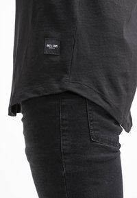 Only & Sons - ONSMATT LONGY TEE - T-shirt - bas - black - 6